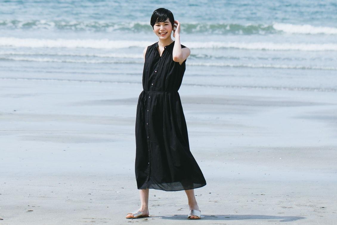 【今季終了】「旅の気分に着がえよう」くしゅっと丸めてOK!ロングワンピース(ブラック)の商品写真