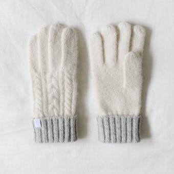 「冬の手もとが好きになる」ケーブル編みの手袋/ホワイト×グレーの商品写真
