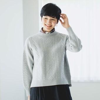「編み目にときめく」すっきりシルエットのアランニット(ライトグレー)の商品写真