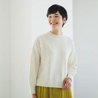 「編み目にときめく」すっきりシルエットのアランニット(アイボリー)の商品写真