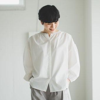 「ひとさじの春をさりげなく」襟がポイントのシャツブラウス(オフホワイト)の商品写真