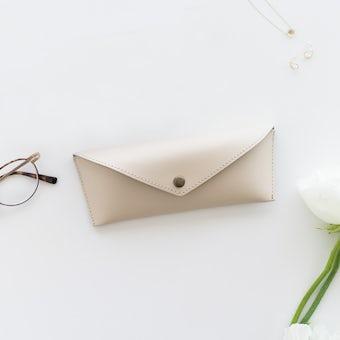 かばんにスッキリおさまるメガネケース(メガネ拭き付き)/ ベージュの商品写真