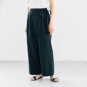 【今季終了】「夏こそオシャレも、着心地も」涼やか素材のラップパンツ(ブラック)の商品写真