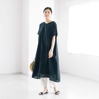 【今季終了】「さらり1枚でサマになる」袖口刺繍のVネックワンピース(ブラック)の商品写真