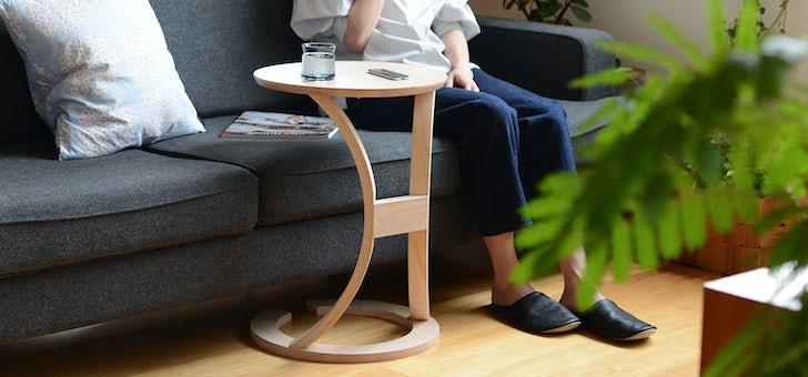 ソファにぴたっと寄り添うサイドテーブル