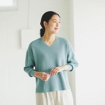 【今季終了】「衣替えいらずの賢い相棒」Vネックのコットンニット / ブルーグリーンの商品写真