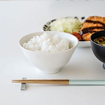 「平日夜のわたしの味方」食卓をやさしく彩るごはん茶碗 / 普通サイズ(12.7cm)/ オフホワイトの商品写真