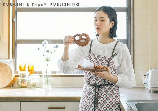 KURASHI&Trips PUBLISHING / 家事がはかどるエプロンワンピースの画像