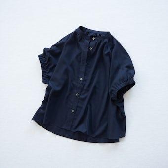 【今季終了】「ひらり、つや感をまとう」ギャザー袖のブラウス(ネイビー)の商品写真