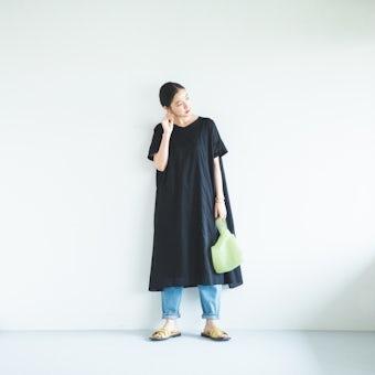 袖口刺繍のVネックワンピース(ブラック)の商品写真