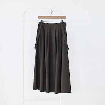 「主役にも名脇役にも」着回し頼れるストラップ付きスカート / ブラウン / Mサイズの商品写真