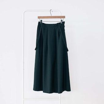 「主役にも名脇役にも」着回し頼れるストラップ付きスカート / ブラック / Mサイズの商品写真